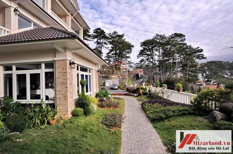 Bán Khách sạn 2 mặt tiền tuyệt đẹp, ngay trung tâm, ngay trước mặt Hồ Xuân Hương và sân golf Đồi Cù